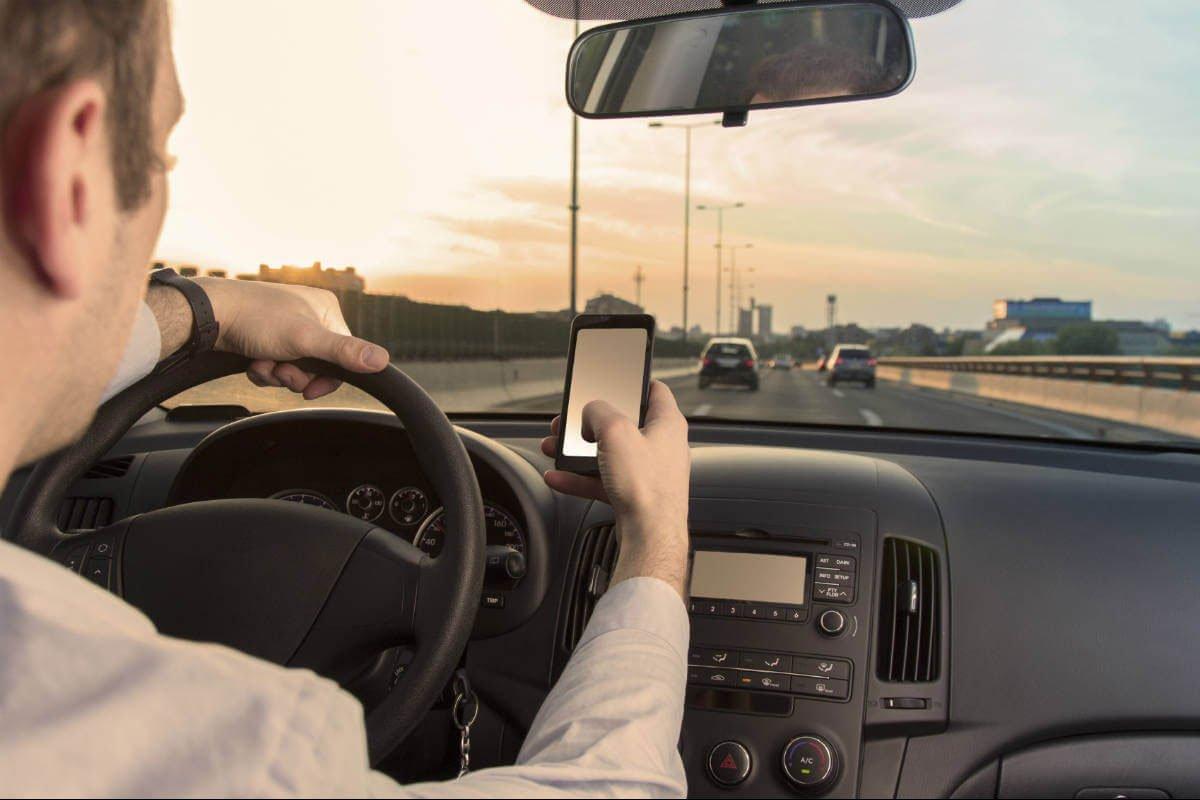 Sử dụng điện thoại khi lái xe tăng gấp đôi khả năng gặp tai nạn.
