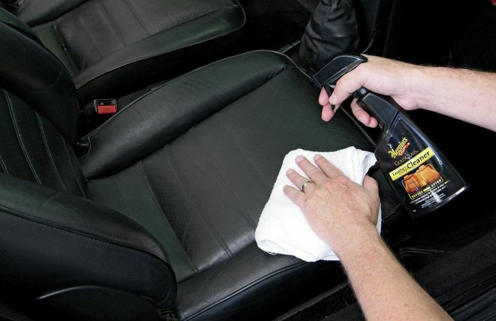 Vệ sinh thường xuyên để chống chuột xuất hiện trên xe ô tô.