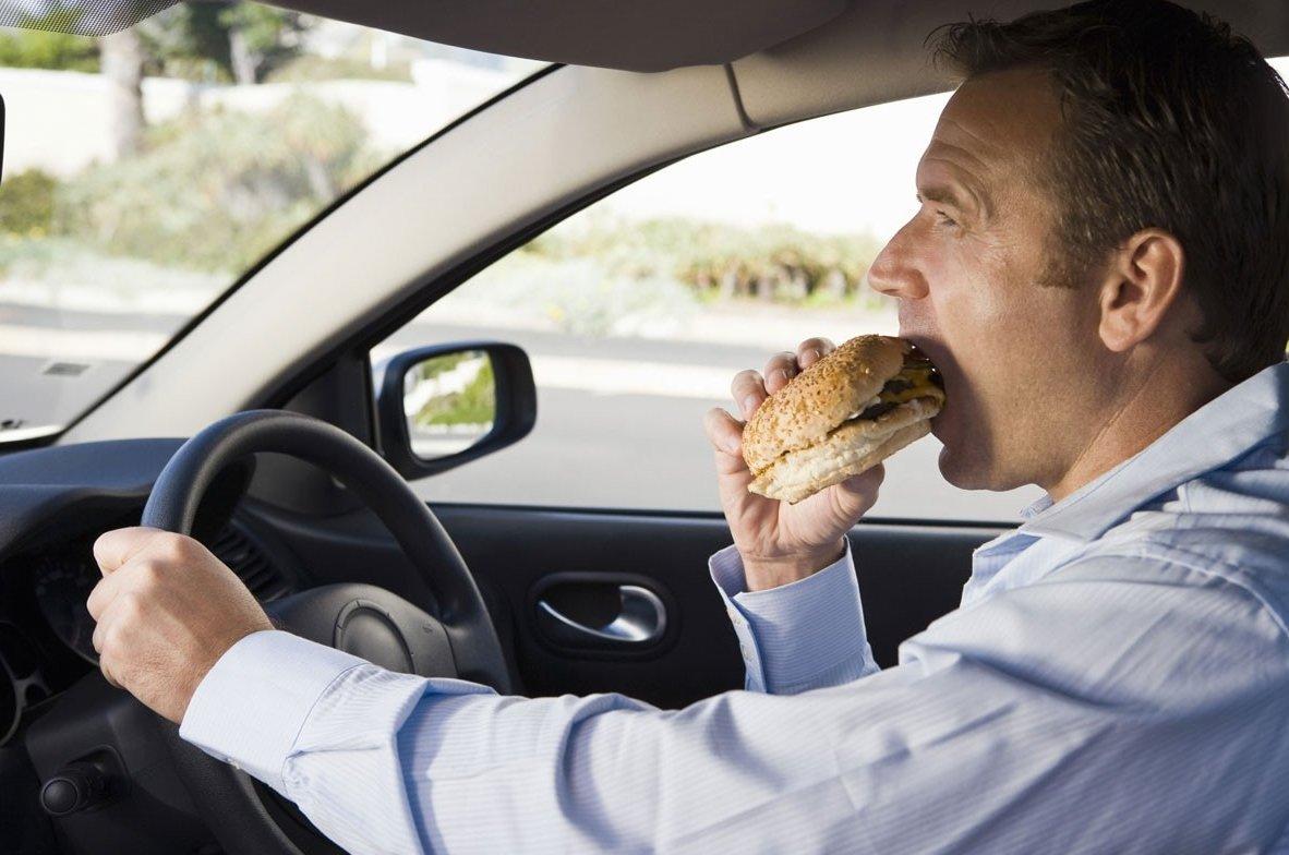Không nên ăn uống trên xe để giữ vệ sinh và chống chuột xuất hiện.