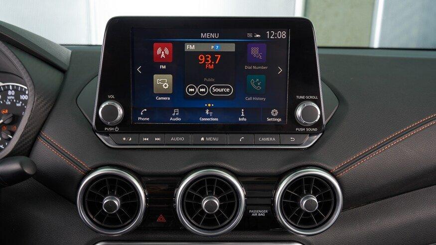 Đánh giá xe Nissan Sentra 2020 về trang bị tiện nghi: bảng điều khiển 2