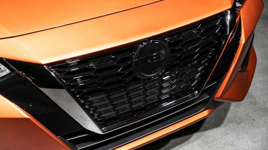 Đánh giá xe Nissan Sentra 2020 về đầu xe: lưới tản nhiệt