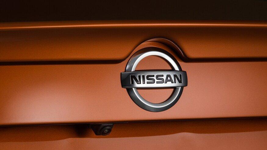Đánh giá xe Nissan Sentra 2020 về đuôi xe: logo xe