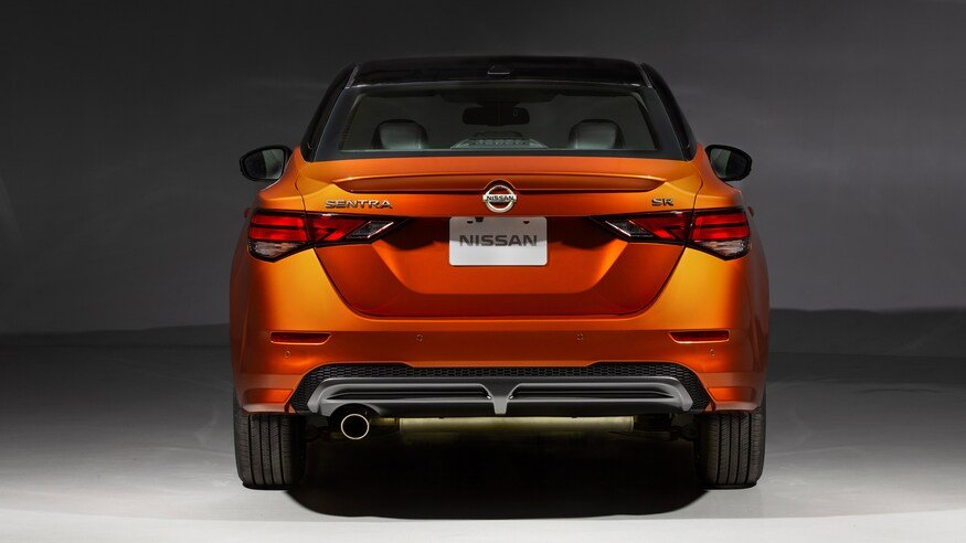 Đánh giá xe Nissan Sentra 2020 về đuôi xe: chính diện đầu xe