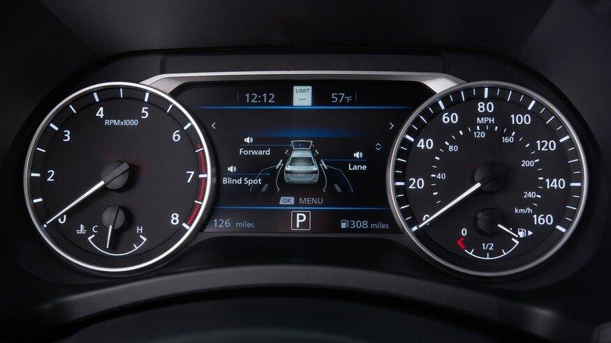 Đánh giá xe Nissan Sentra 2020 về trang bị tiện nghi: đồng hồ lái