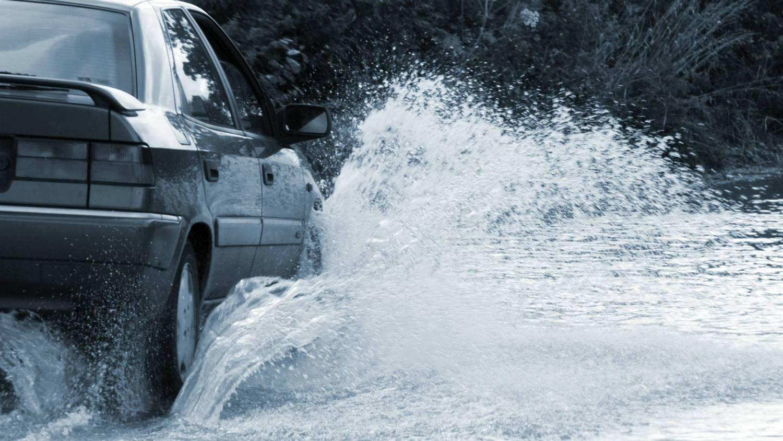 Những lưu ý khi chạy xe qua nơi ngập nước - Lái xe chậm