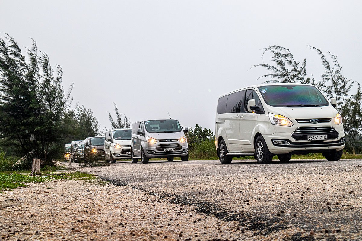 Hệ thống treo khí nén và động cơ xăng giúp Ford Tourneo có được sự êm ái và yên tĩnh cần thiết.