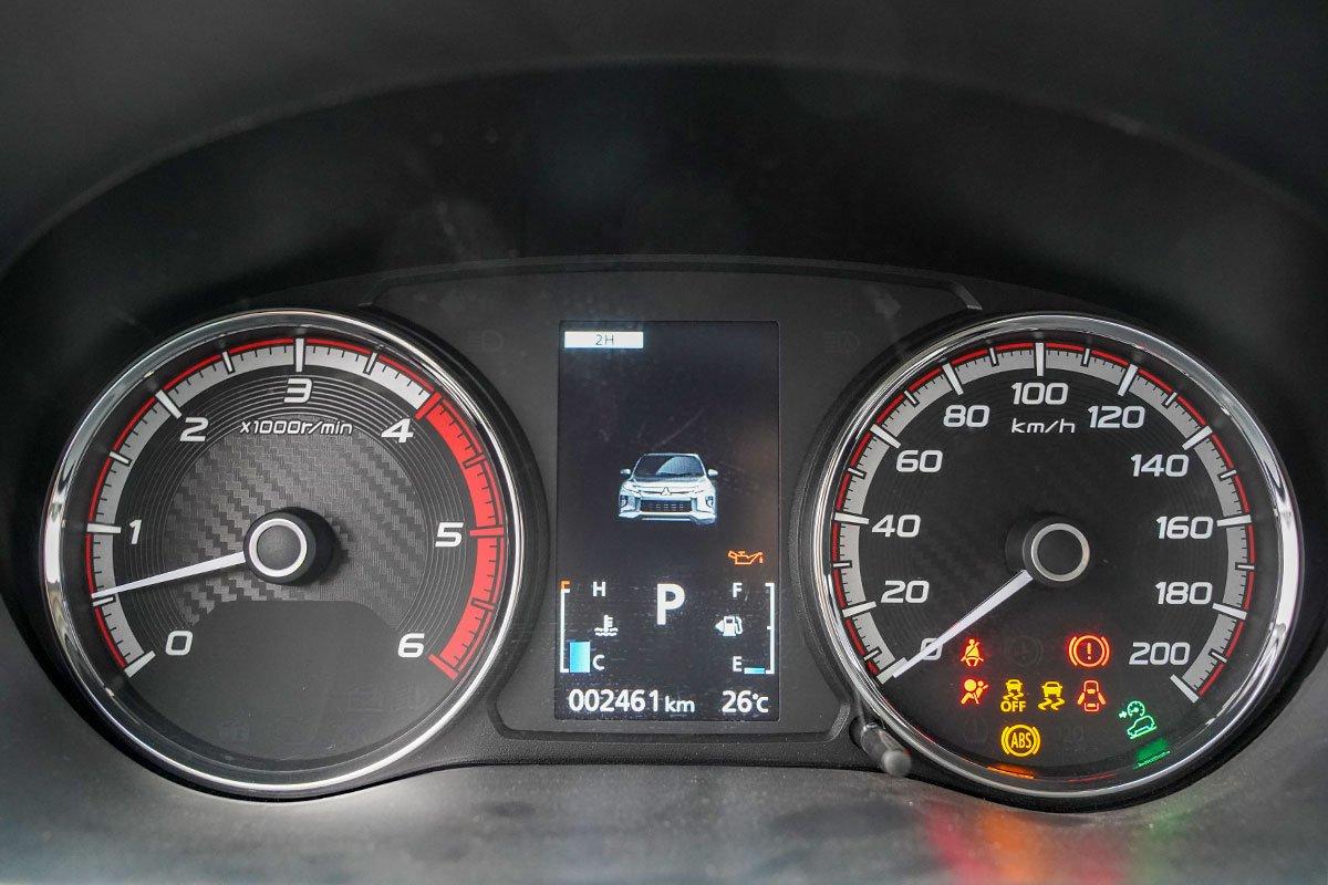 Đánh giá xe Mitsubishi Triton 2020: Màn hình thông tin màu sẽ chỉ có mặt trên phiên bản đắt nhất.