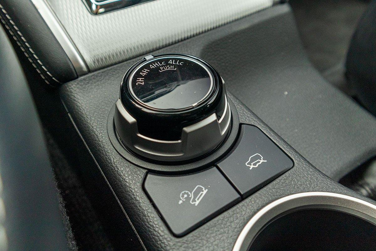 Đánh giá xe Mitsubishi Triton 2020: Hệ thống gài cầu điện và các chế độ địa hình.