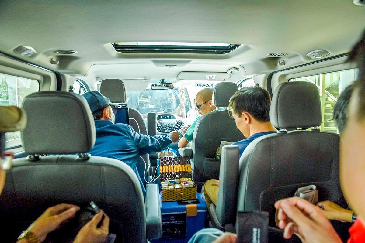 Nhiều đồ đạc có thể đặt ngay trong xe trên lối đi nhờ sàn xe phẳng và rộng.