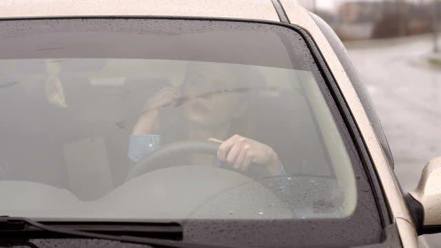 Tập trung hoàn toàn vào đường và lái xe.