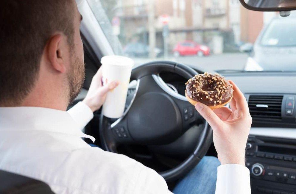 Không ăn trên xe để phòng ngừa gián xuất hiện.