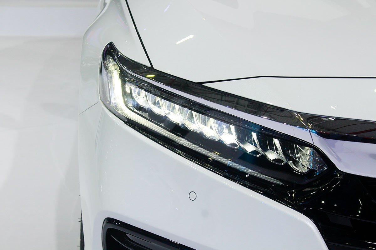 So sánh xe Toyota Camry 2019 và Honda Accord 2020 về thiết kế đầu xe - Ảnh 3.