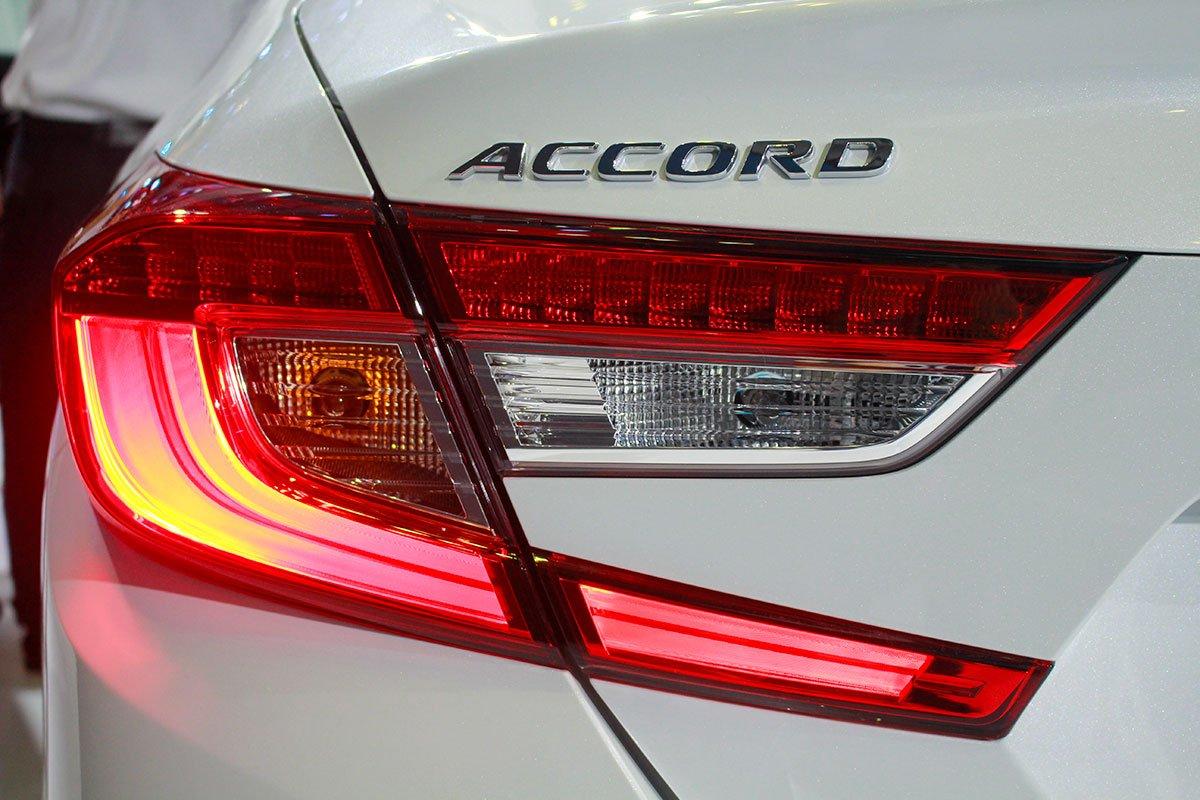 So sánh xe Kia Optima 2019 và Honda Accord 2020 về thiết kế đuôi xe - Ảnh 4.