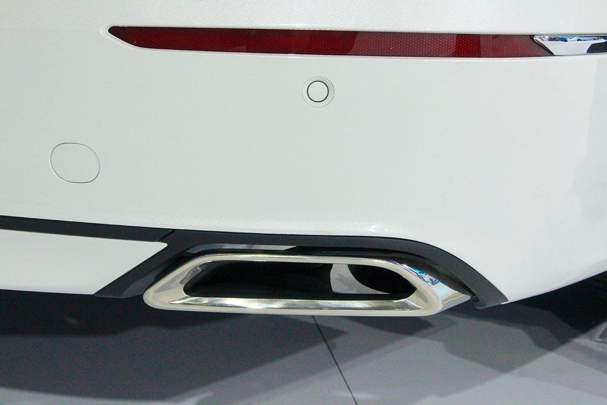 So sánh xe Toyota Camry 2019 và Honda Accord 2020 về thiết kế đuôi xe - Ảnh 7.
