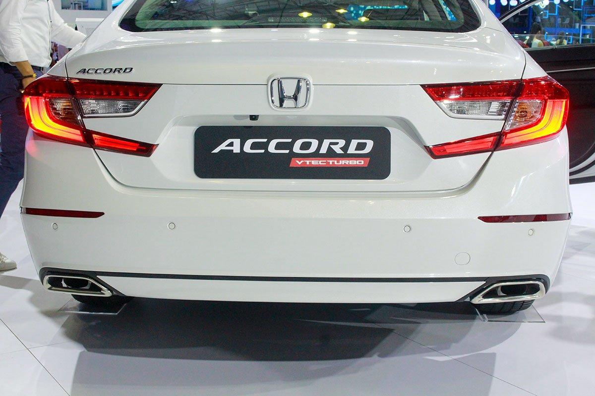 So sánh xe Toyota Camry 2019 và Honda Accord 2020 về thiết kế đuôi xe - Ảnh 1.