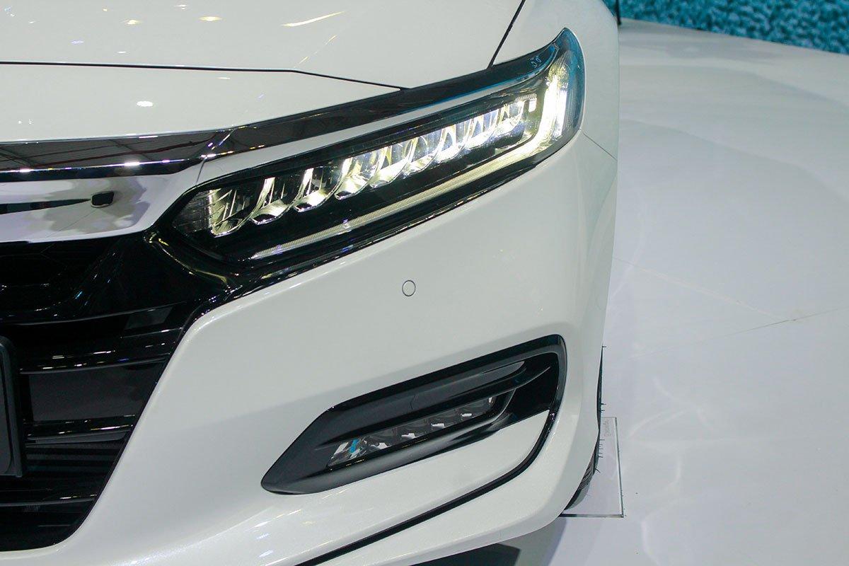 So sánh xe Toyota Camry 2019 và Honda Accord 2020 về thiết kế đầu xe - Ảnh 5.