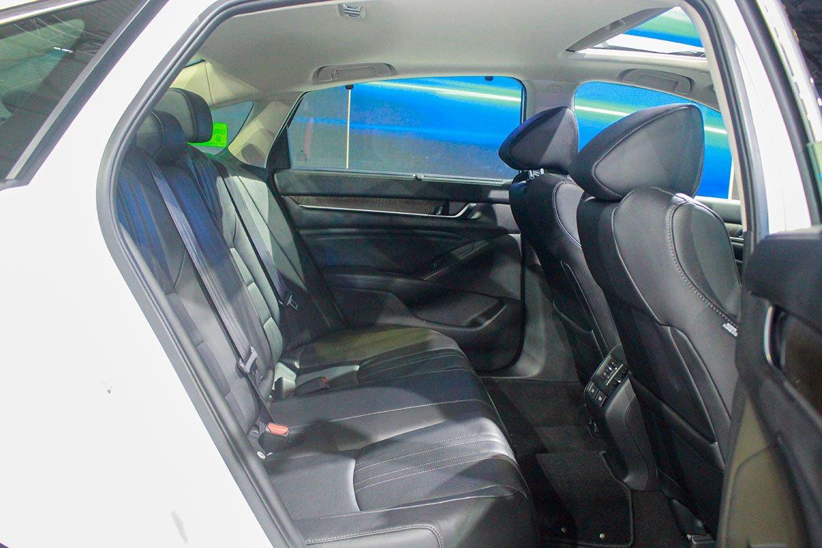 So sánh xe Toyota Camry 2019 và Honda Accord 2020 về thiết kế ghế ngồi - Ảnh 3.