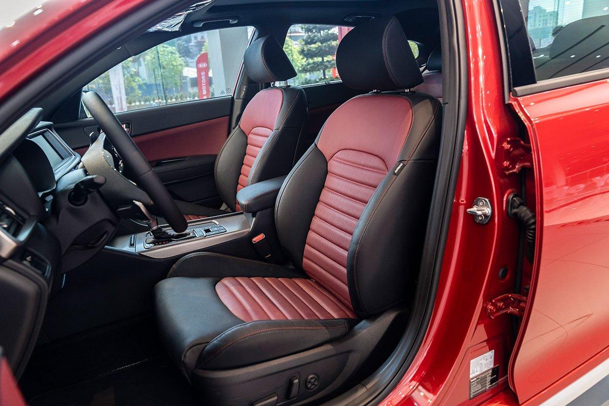 So sánh xe Kia Optima 2019 và Honda Accord 2020 về thiết kế ghế ngồi.