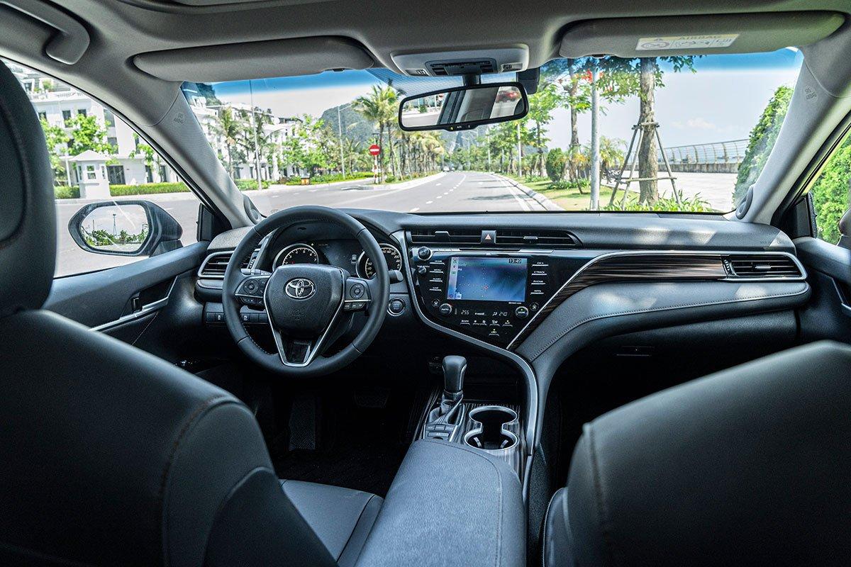 So sánh xe Toyota Camry 2019 và Honda Accord 2020 về thiết kế nội thất.