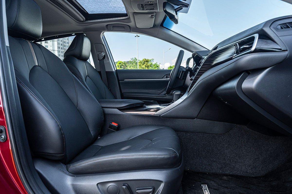 So sánh xe Toyota Camry 2019 và Honda Accord 2020 về thiết kế ghế ngồi.