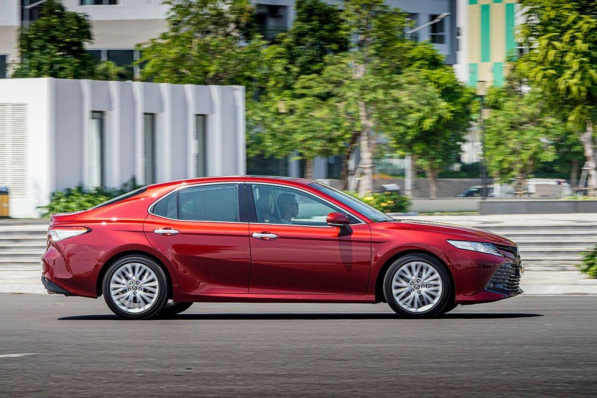 So sánh xe Toyota Camry 2019 và Honda Accord 2020 về thiết kế thân xe.
