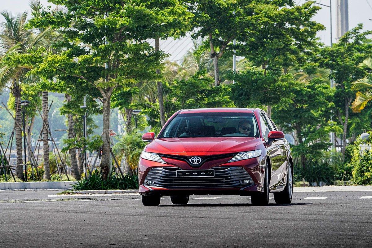 Toyota Camry 2.5Q 2019: Trực diện đầu xe.