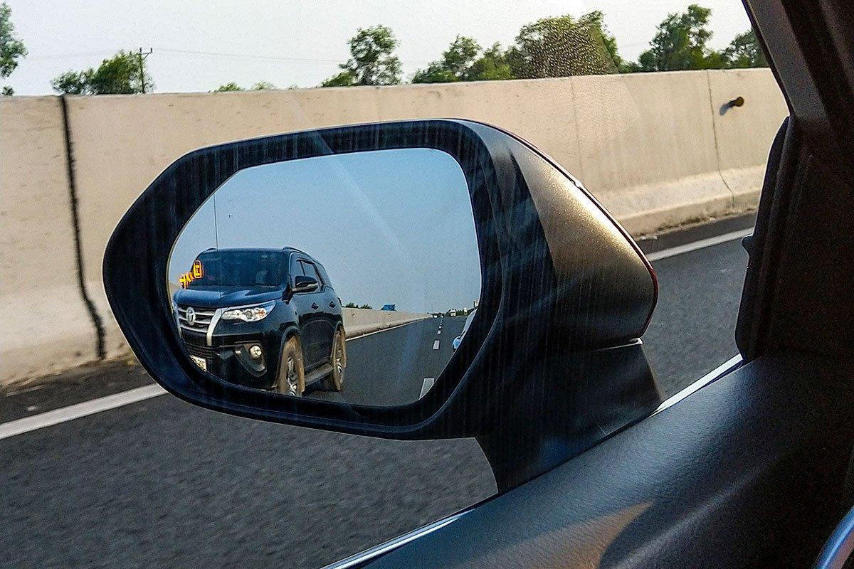 Toyota Camry 2.5Q 2019: Gương chiếu hậu tích hợp cảnh báo điểm mù.