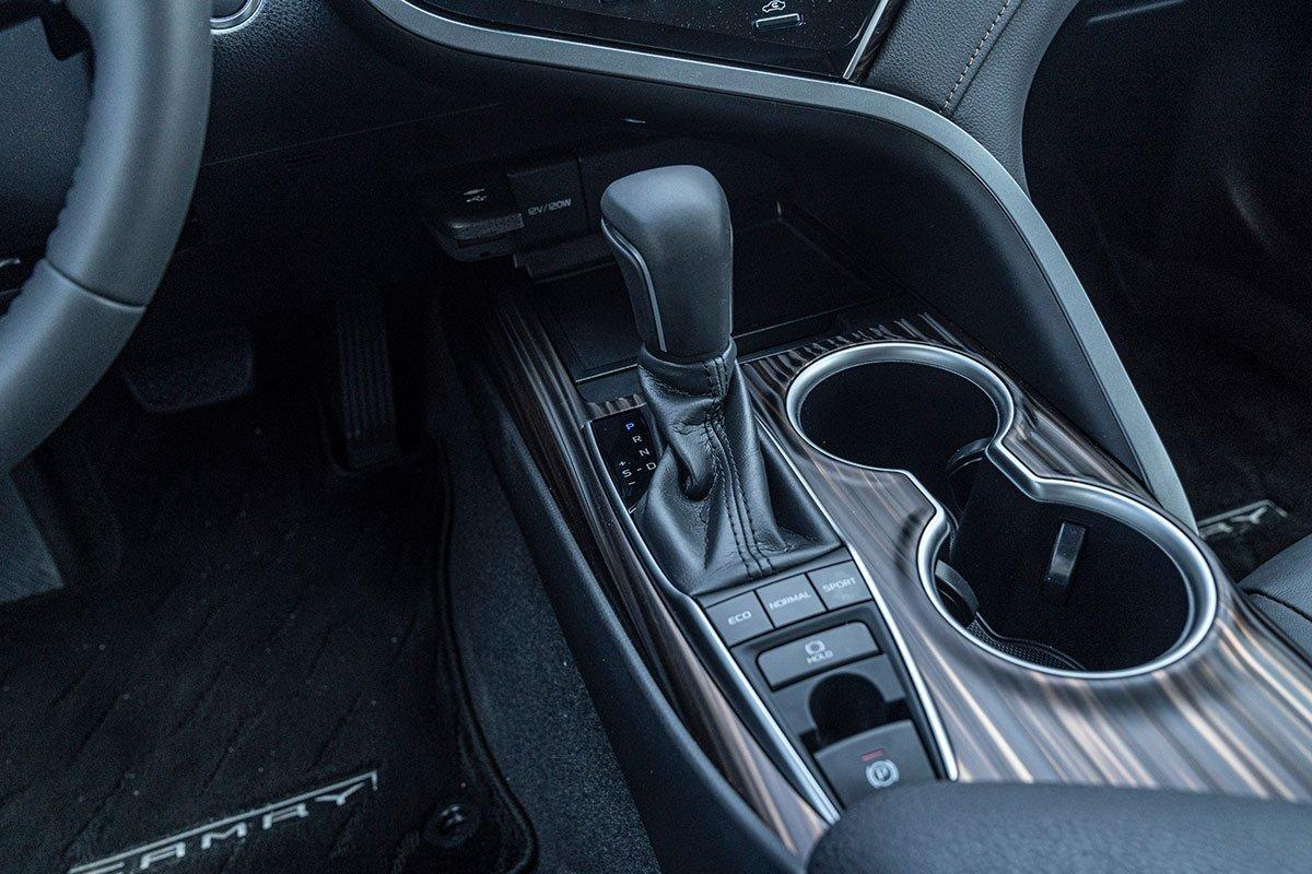 Đánh giá xe Toyota Camry 2019: Hộp số tự động 6 cấp tích hợp chế độ lái 3 cấp độ.