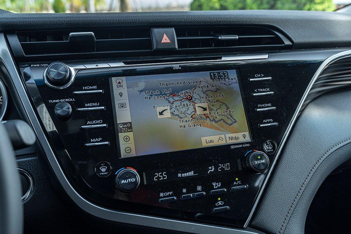 Toyota Camry 2.5Q 2019: Bảng điều khiển trung tâm.