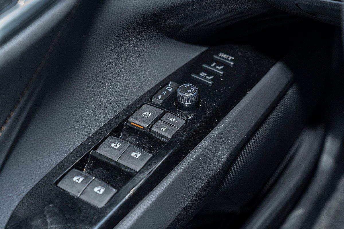 Toyota Camry 2.5Q 2019: Hệ thống chỉnh cửa điện.