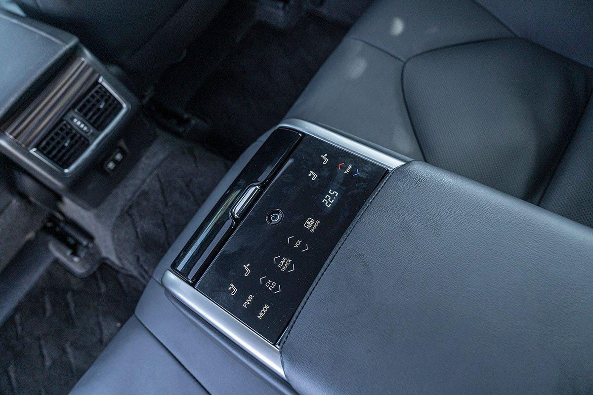 Toyota Camry 2.5Q 2019: Bệ tỳ tay trung tâm hàng ghế sau.
