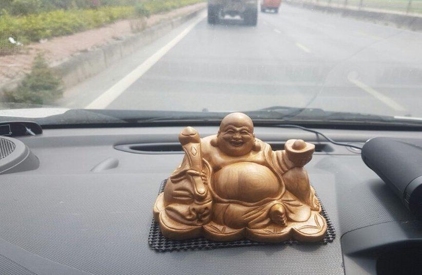 Đồ trang trí phong thủy xe hơi - tượng Phật Di lặc.