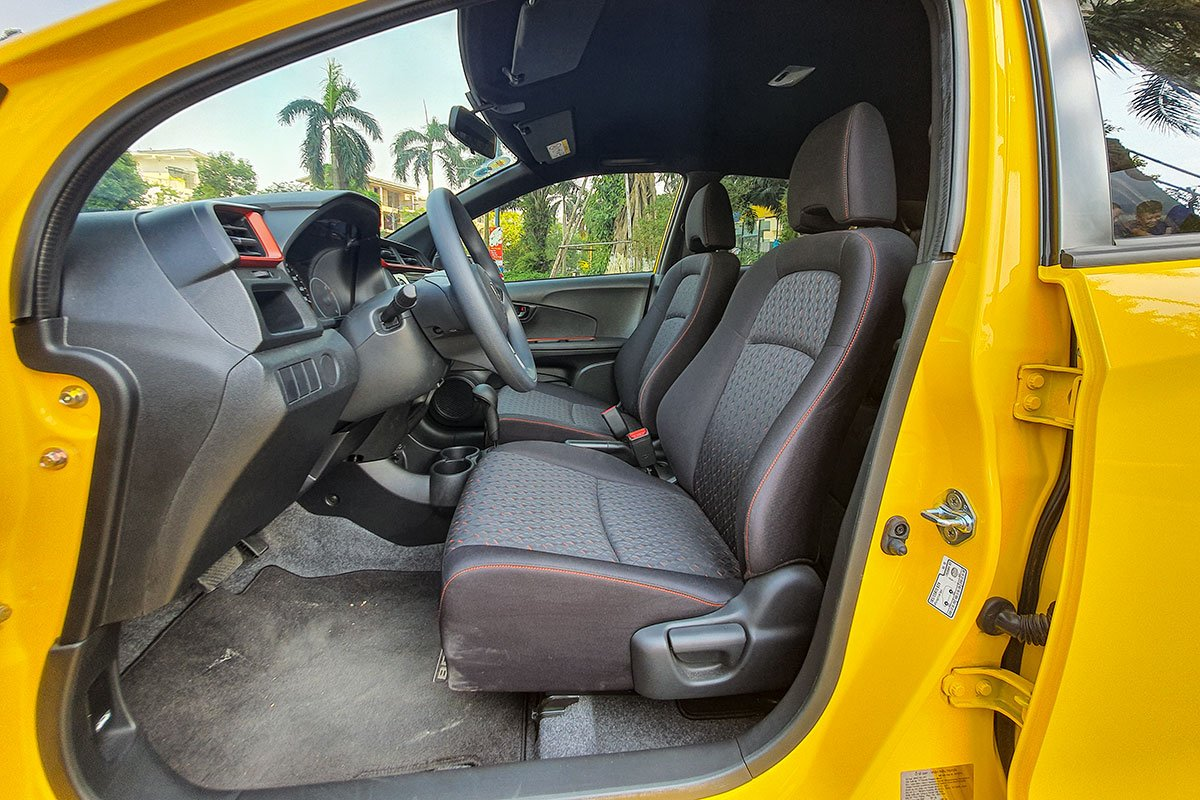 So sánh xe Honda Brio 2019 và Kia Soluto 2019 về thiết kế ghế ngồi.