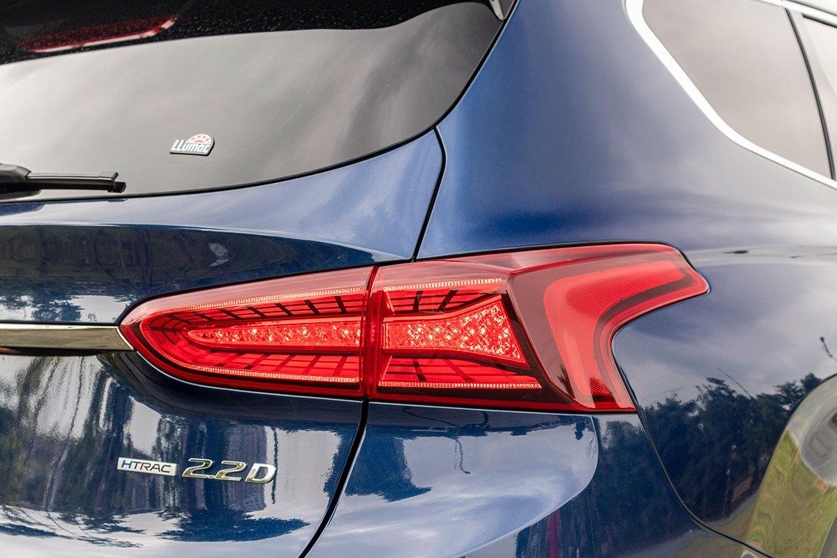 So sánh xe Mazda CX-8 2019 và Hyundai Santa Fe 2019 về thiết kế đuôi xe - Ảnh 3.