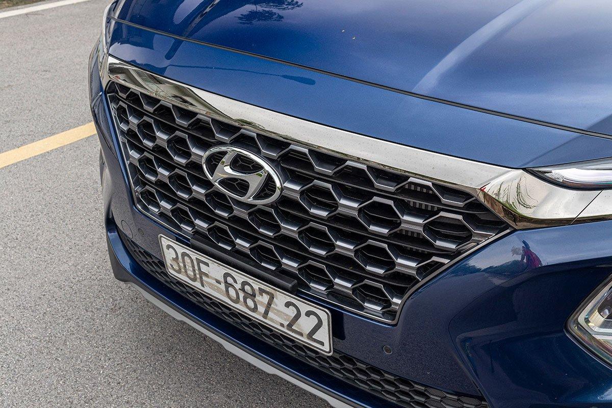 So sánh xe Mazda CX-8 2019 và Hyundai Santa Fe 2019 về thiết kế đầu xe - Ảnh 7.