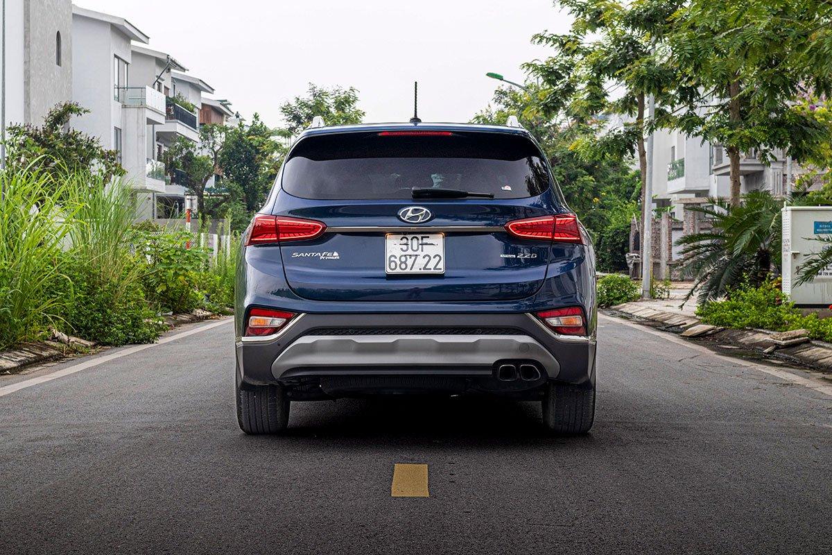 So sánh xe Mazda CX-8 2019 và Hyundai Santa Fe 2019 về thiết kế đuôi xe - Ảnh 1.