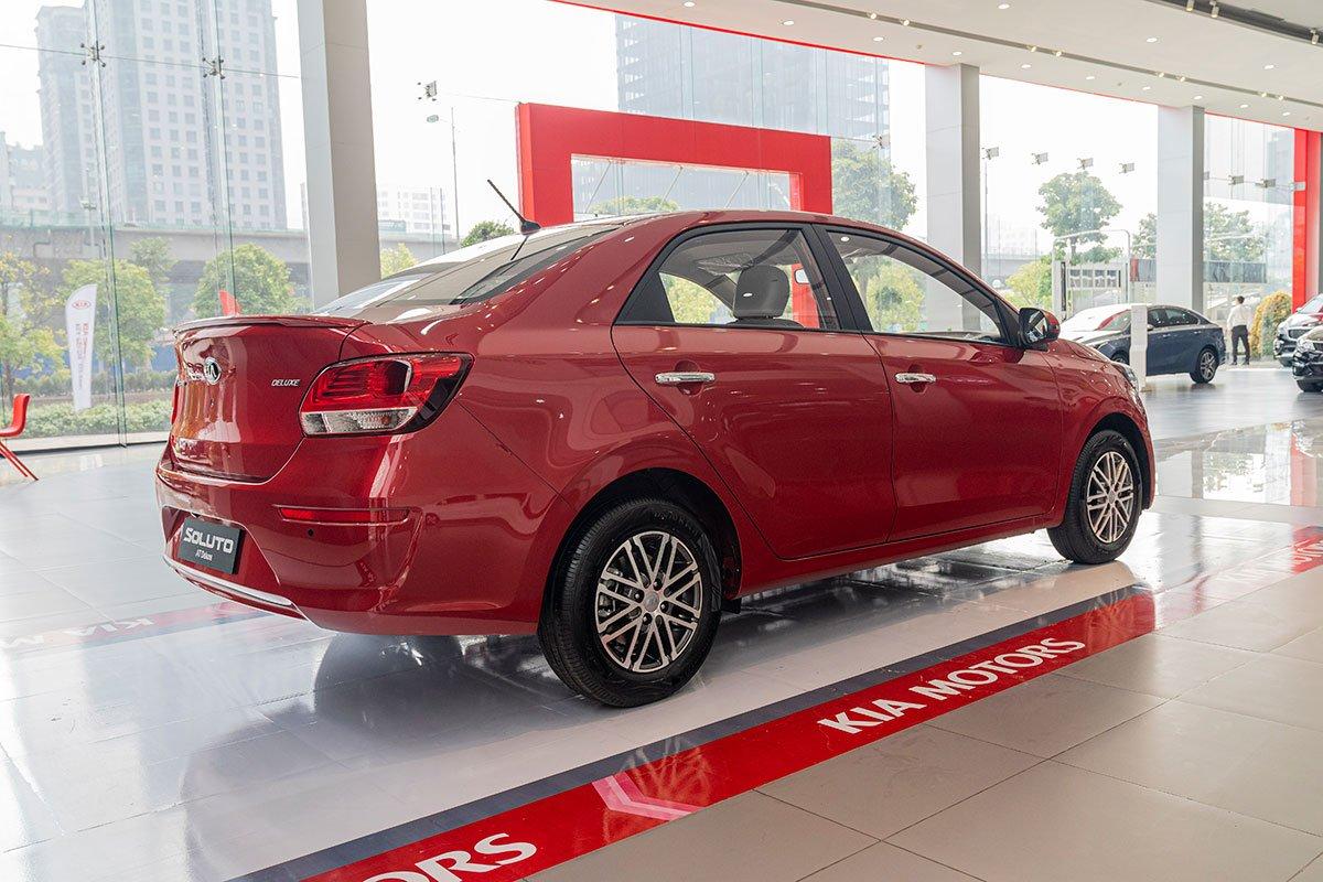 So sánh xe Honda Brio 2019 và Kia Soluto 2019 về thiết kế đuôi xe - Ảnh 1.