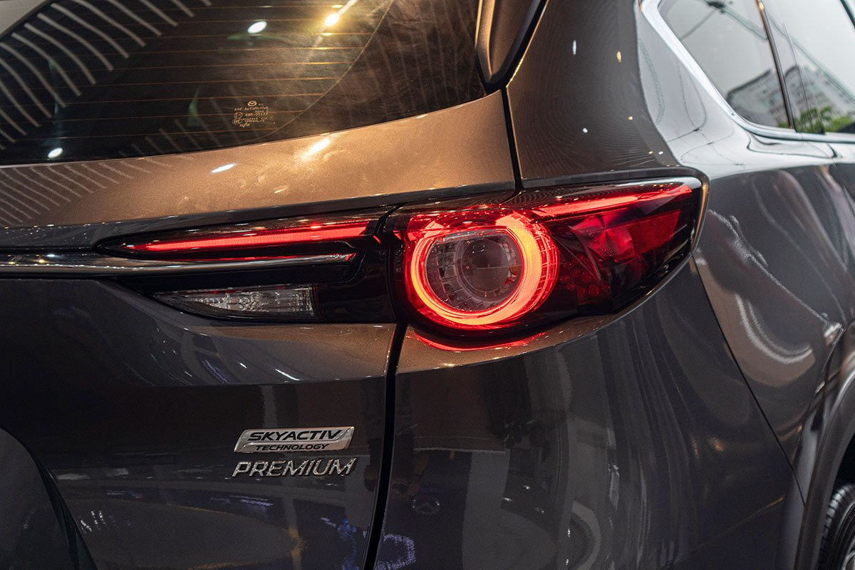 So sánh xe Mazda CX-8 2019 và Hyundai Santa Fe 2019 về thiết kế đuôi xe - Ảnh 2.