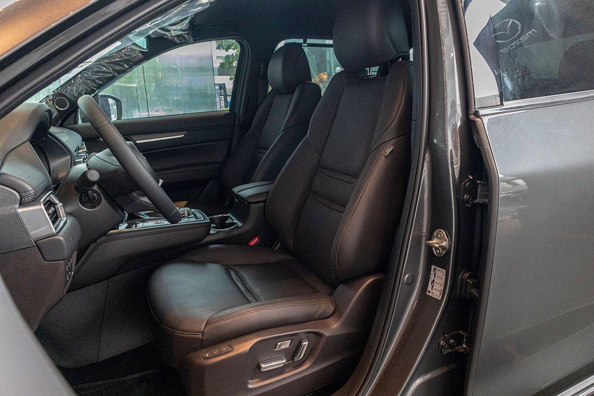 So sánh xe Mazda CX-8 2019 và Hyundai Santa Fe 2019 về ghế ngồi.
