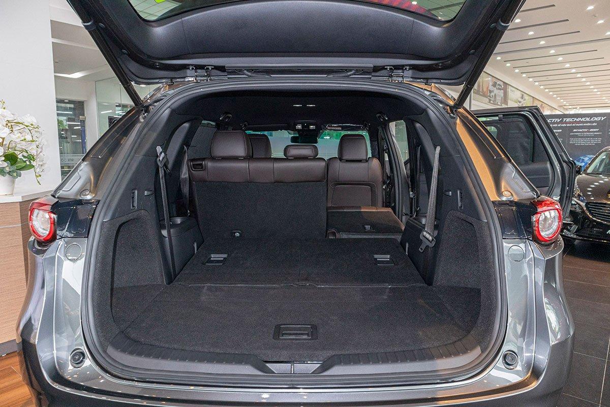 So sánh xe Mazda CX-8 2019 và Hyundai Santa Fe 2019 về khoang hành lý.
