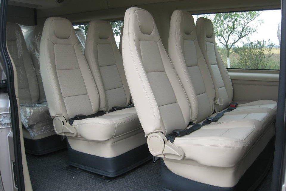 Ghế ngồi trên xe Ford Transit bọc da 1