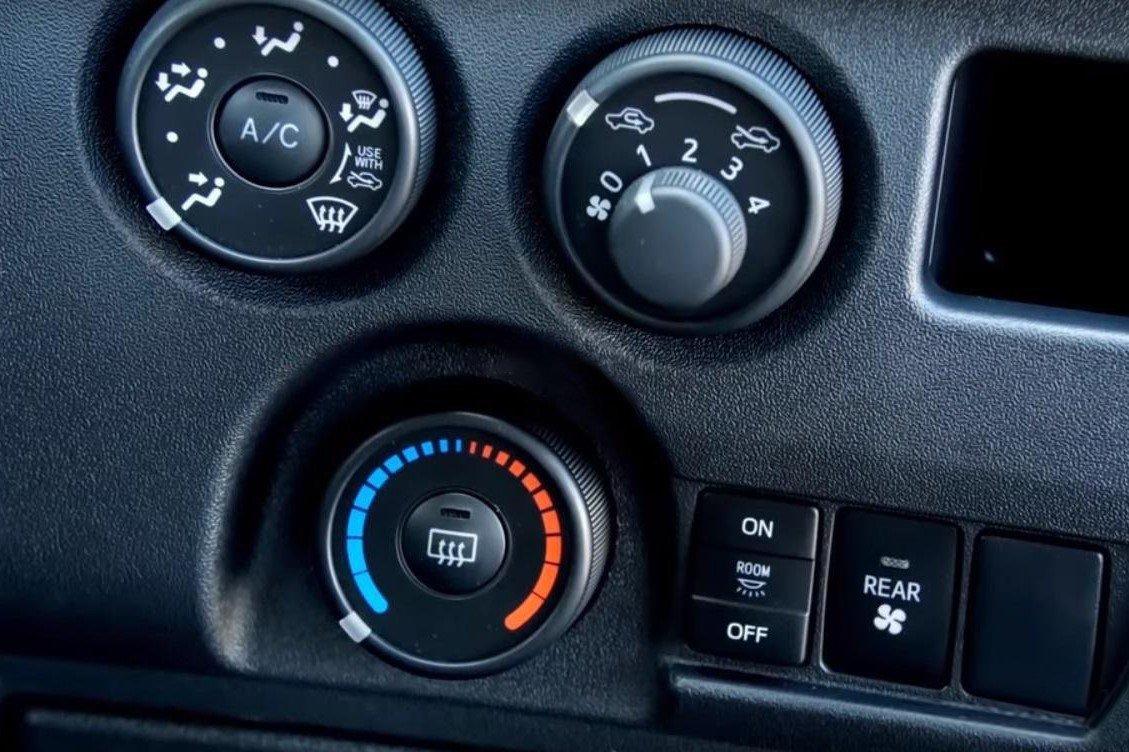 Điều hòa nhiệt độ trên xe Toyota Hiace 2020 1