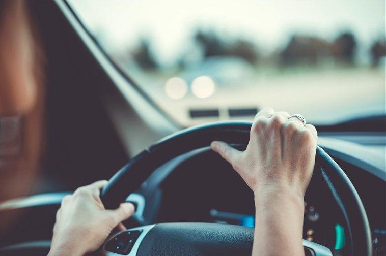 Tập trung vào tay lái và cẩn trọng với những tình huống cảm thấy nghi ngờ.