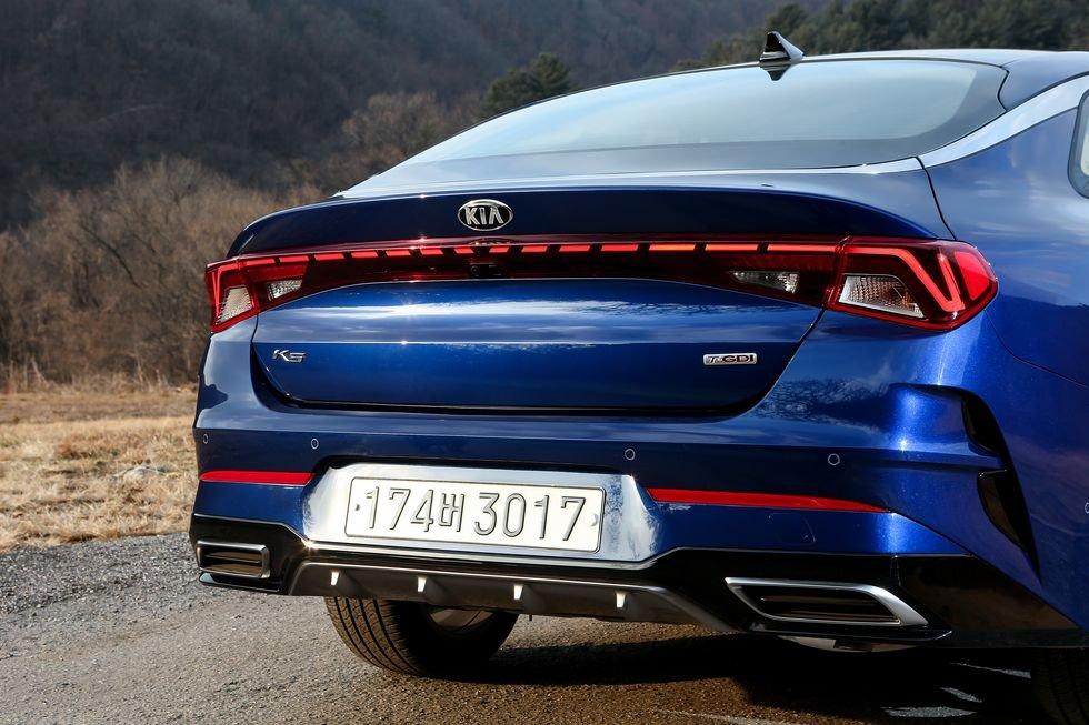 Đánh giá xe Kia Optima 2021 về đuôi xe: chính diện đuôi xe