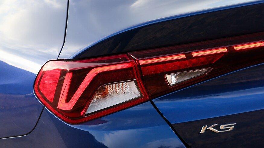 Đánh giá xe Kia Optima 2021 về đuôi xe: đèn xe