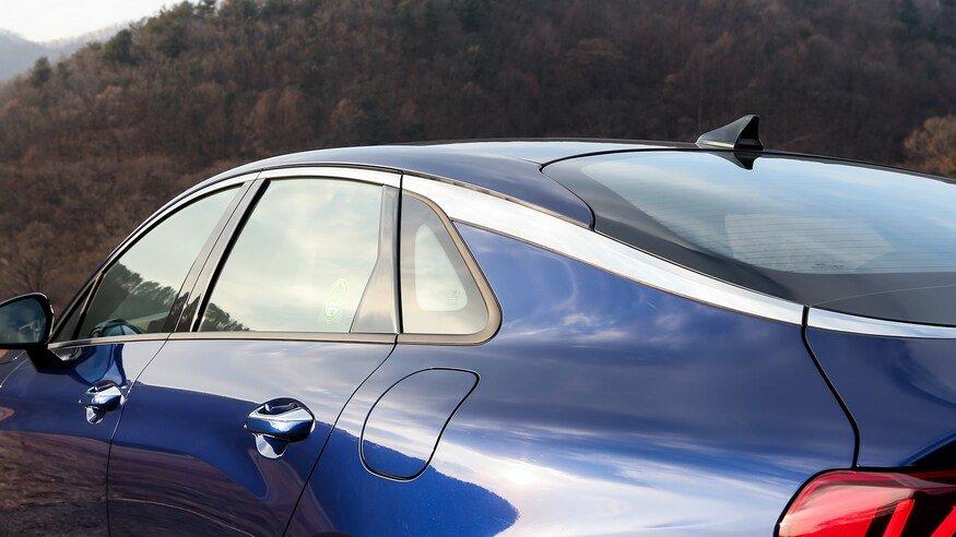 Đánh giá xe Kia Optima 2021 về thân xe: góc đuôi xe