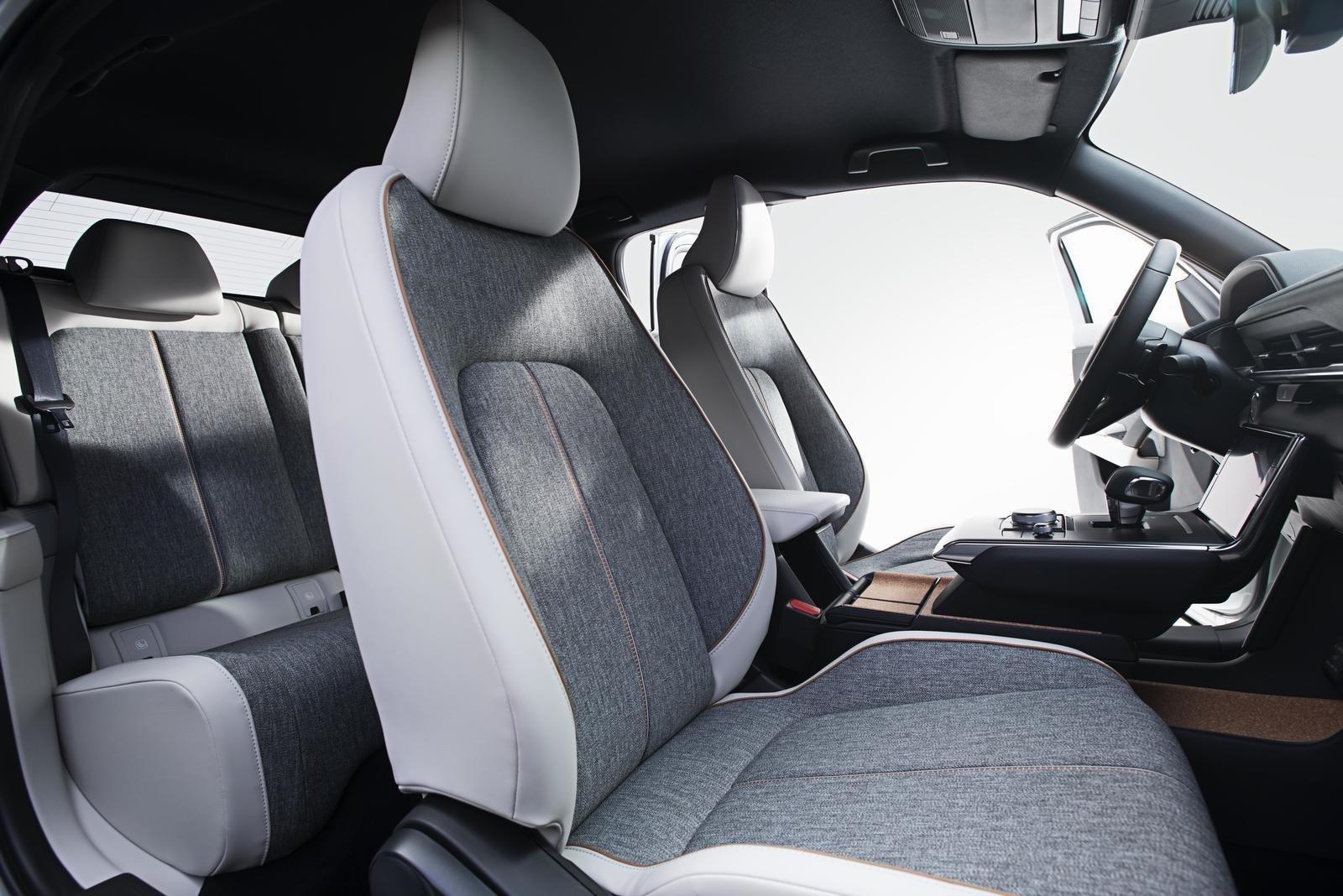 Đánh giá xe Mazda MX-30 2021 về ghế ngồi: ghế trước