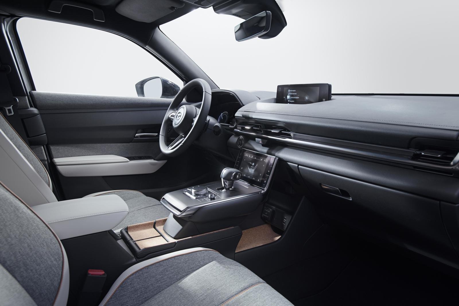 Đánh giá xe Mazda MX-30 2021 về trang bị tiện nghi: nội thất táp lô