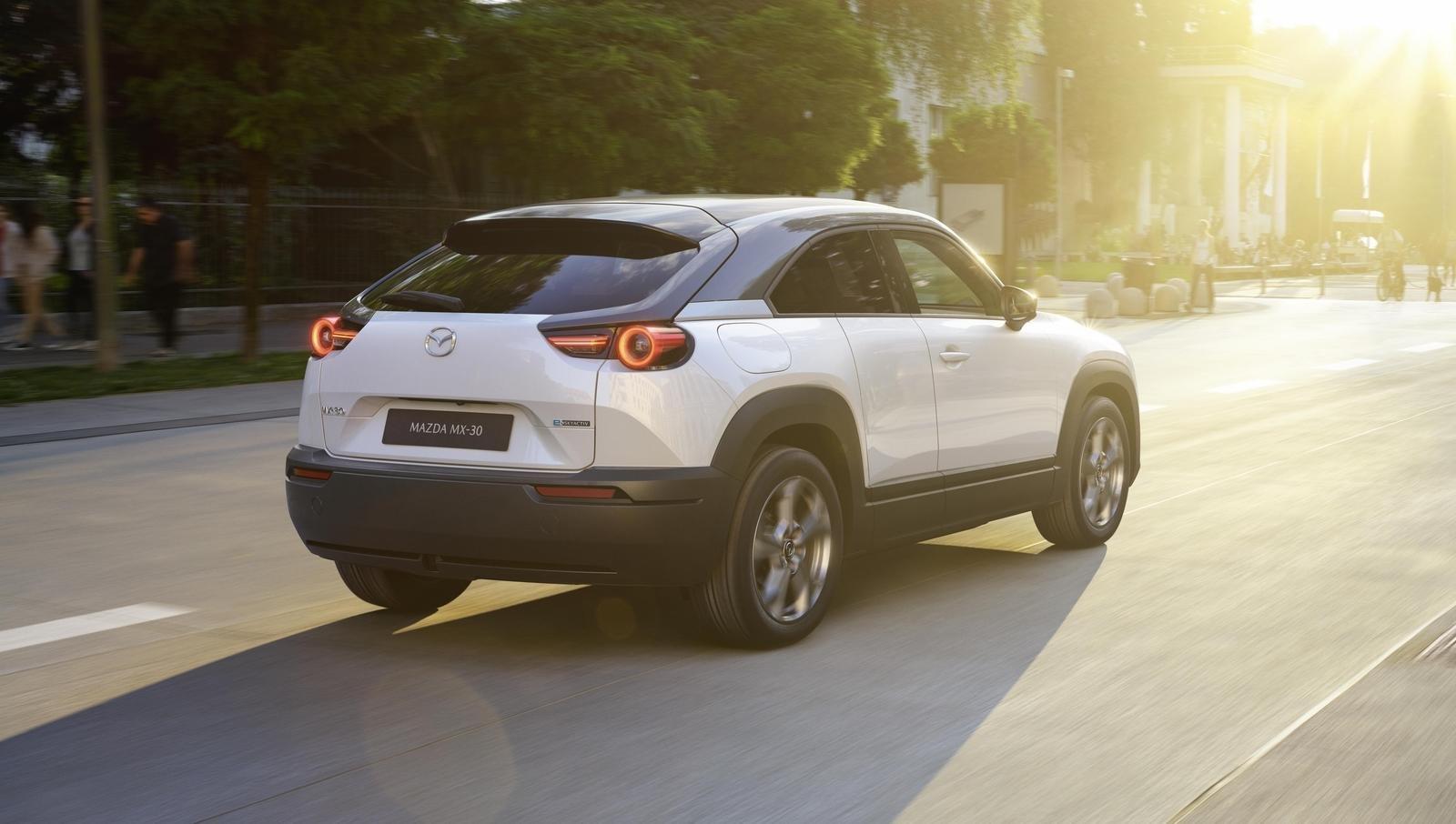 Đánh giá xe Mazda MX-30 2021 về đuôi xe: góc 3/4 đuôi xe