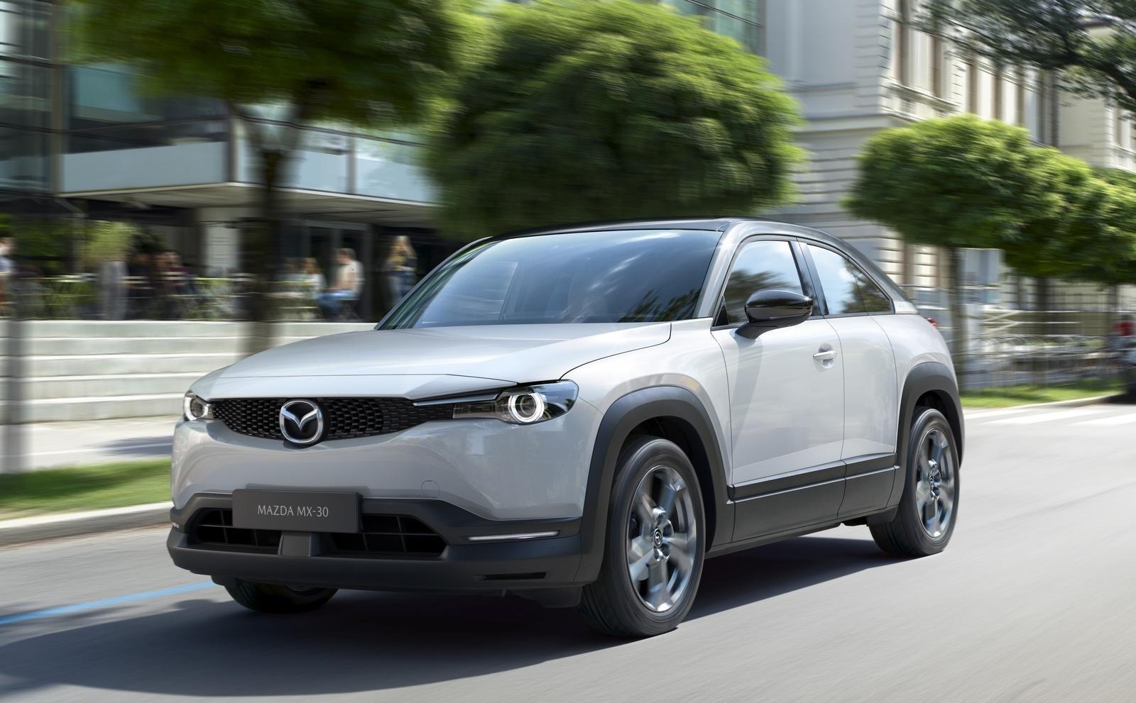 xe Mazda MX-30 2021 đang chạy
